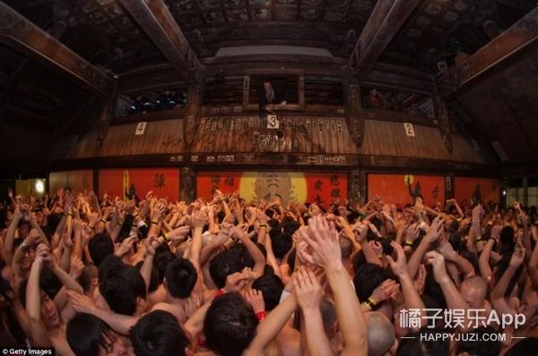 """日本""""裸体祭"""":9000名汉子裸体混战,就为抢一根""""棒子"""""""