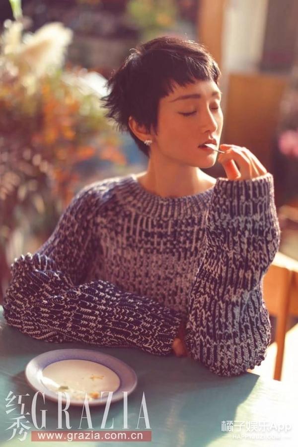 周迅俏皮织毛衣休闲范儿十足,所以公子温暖日常都穿啥?