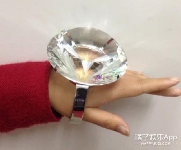 【奇葩买家秀】8cm超大水晶钻戒,任性的可以戴腿上!