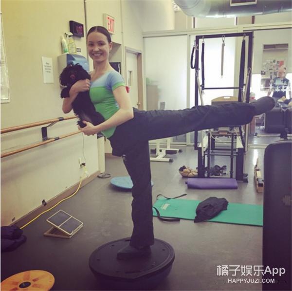 """当芭蕾演员把自家萌宠带去练功,画风突变""""认真的可爱""""!"""