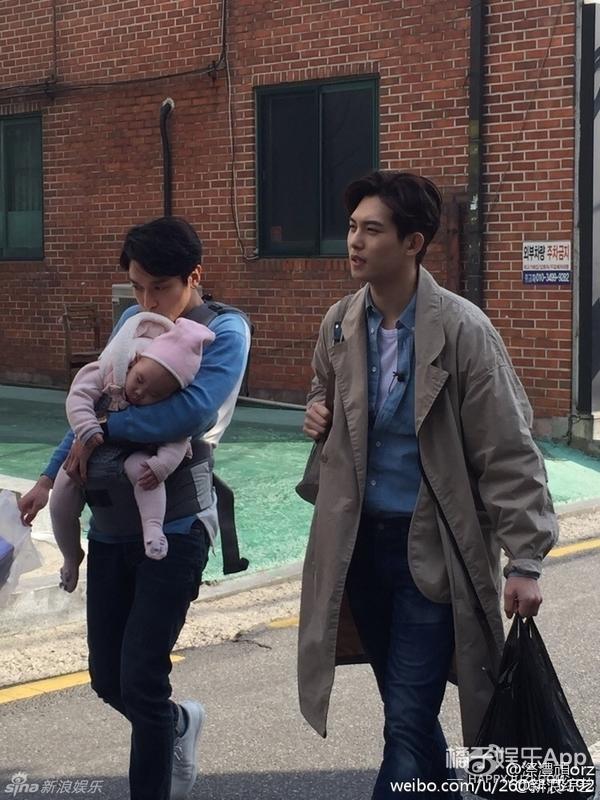 当郑容和李宗泫抱娃当爹,这架势一看就是专业的