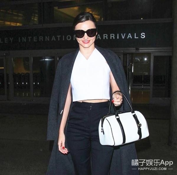 【明星同款】米兰达·可儿亲身示范机场时髦Look!