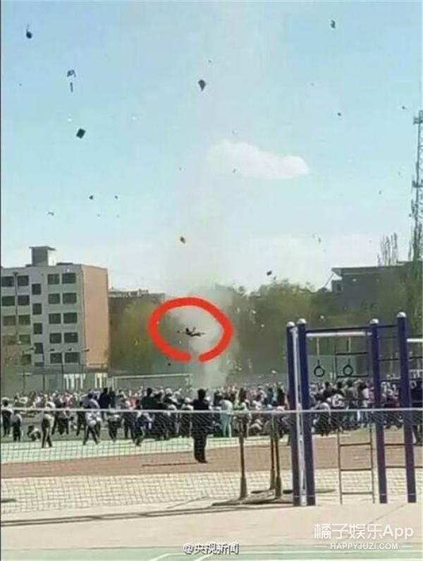 甘肃龙卷风把小学生卷飞起,网友:真的上天了