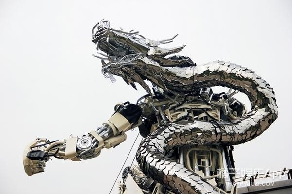 100人100包 | 给成龙做雕塑,用废汽车做变形金刚,这个27岁的艺术家不简单!