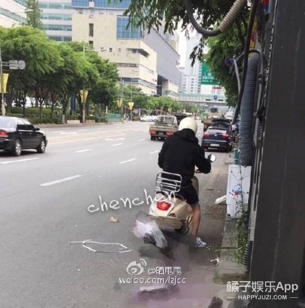 骑小电驴上班、去网吧打lol,EXO的日常也太接地气了吧!