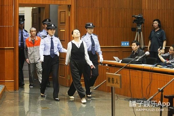 5年前因偷季羡林文物受审时变表情包,现在她又进局子了