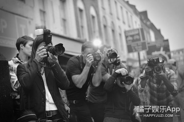 我们记录了时装周场外的街拍摄影师,Bill走了,还有他们在!