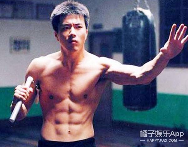 致敬李小龙逝世43周年 | 范冰冰GD都模仿过他穿衣,但只有他是无法超越的经典!