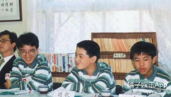 原来胡歌小时候也是个小胖子,竟然还有小肚腩!