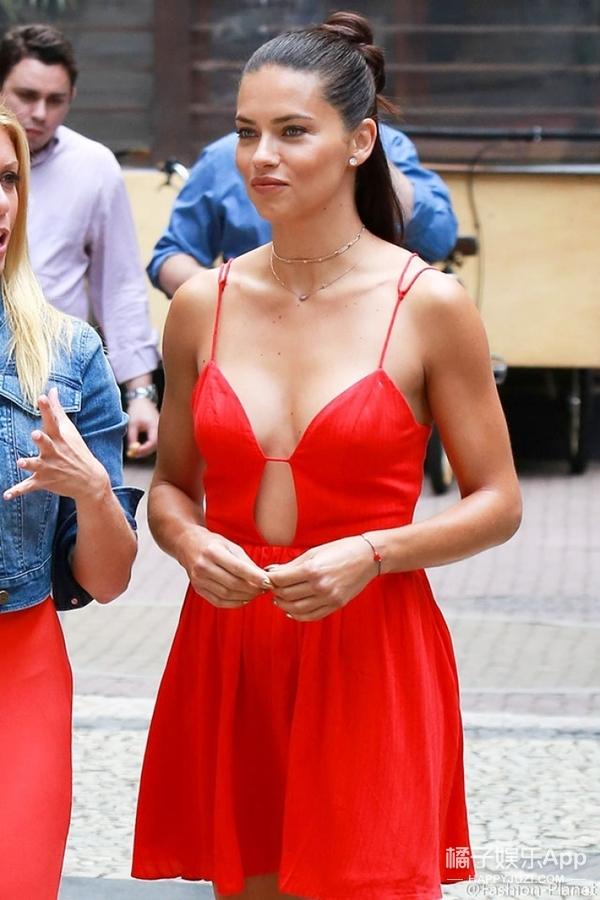 夏天太阳太烈把你晒黑怎么办?穿红色裙子让你白回好几个色调!