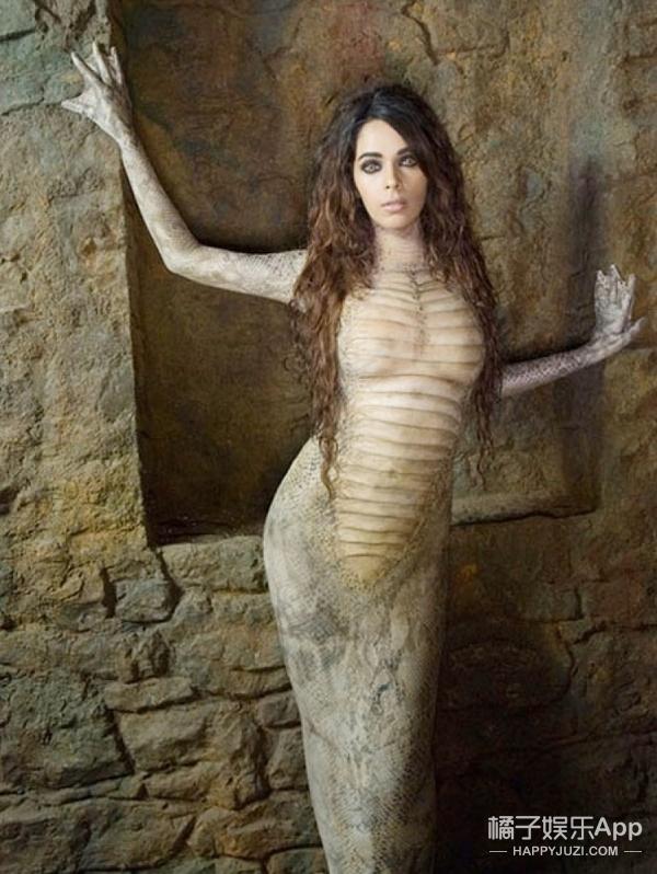 总觉得《盗墓笔记》反派蛇母眼熟,原来11年前和成龙拍过脱衣戏!