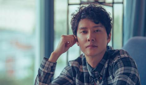 冯绍峰为你示范:一件格纹衬衫演绎型男和暖男