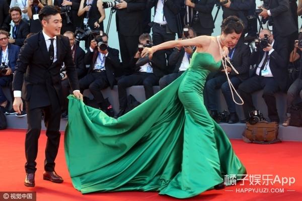 她竟然在红毯被男粉丝跪地求婚?