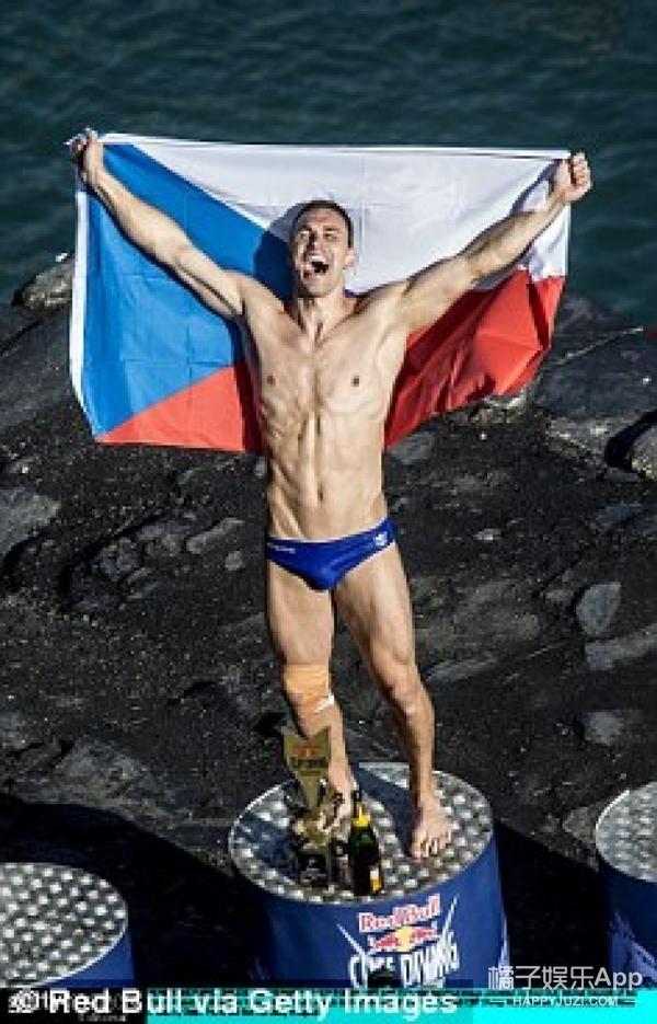 勇敢者挑战:28米高空悬崖跳水,玩的就是心跳和专业