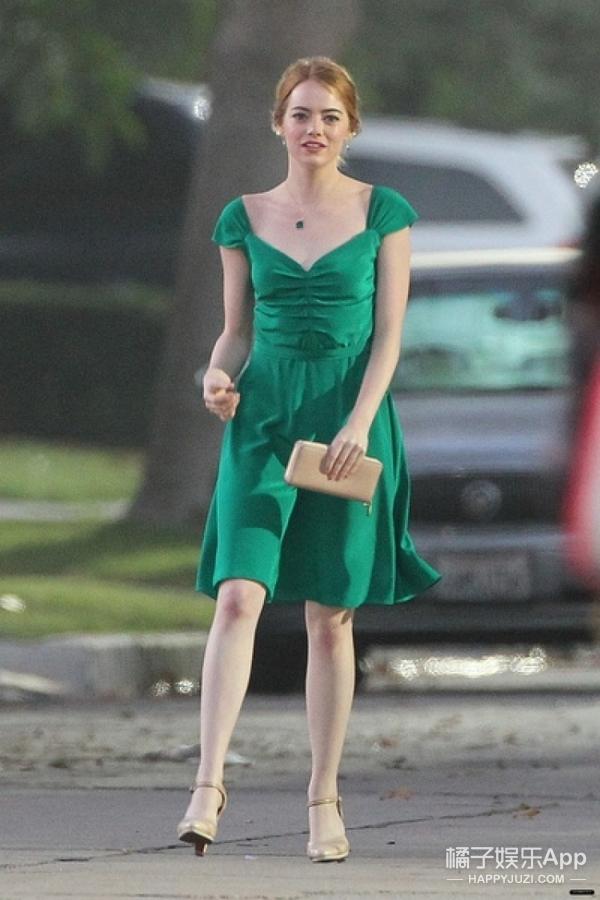 石头姐挑战高难度,你不敢穿颜色她都能披在身上!关键还很好看!