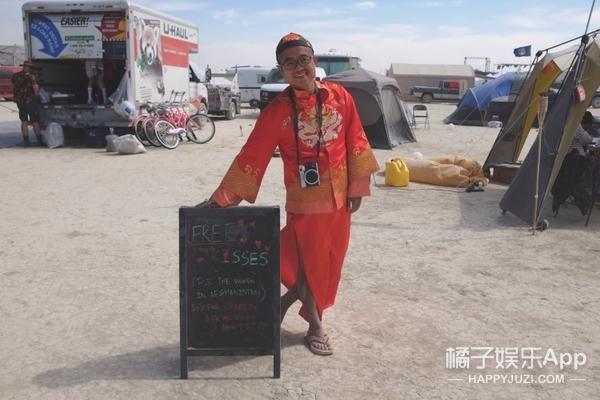火人节独家 | 为了阿富汗妇女,他在火人节和31个陌生人接吻