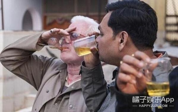 给孩子身上涂牛粪,自己喝牛尿,印度人认为这样能有好运