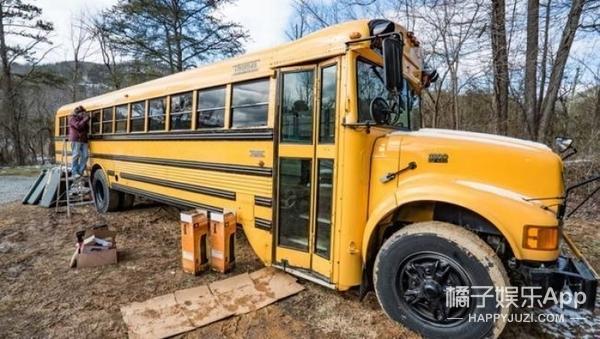 情侣爆改校车去旅行,他们的车比你的家漂亮100倍!