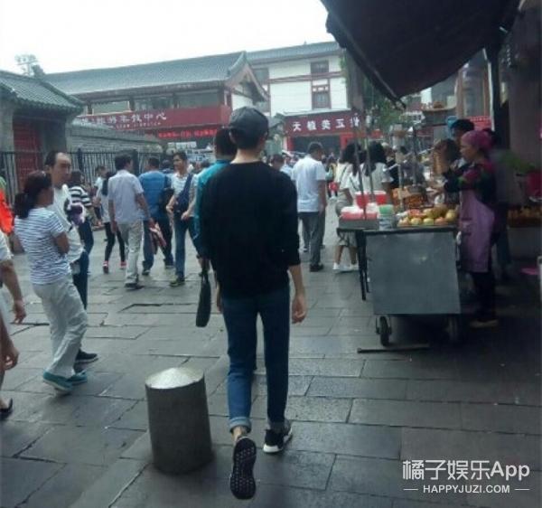 王俊凯画月饼、吴磊月饼铺满床,明星们都怎么过中秋节呢?