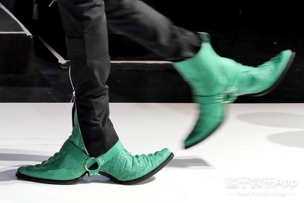 天啊,反人类的设计又来了!这次是一双能逼死强迫症的双头鞋!