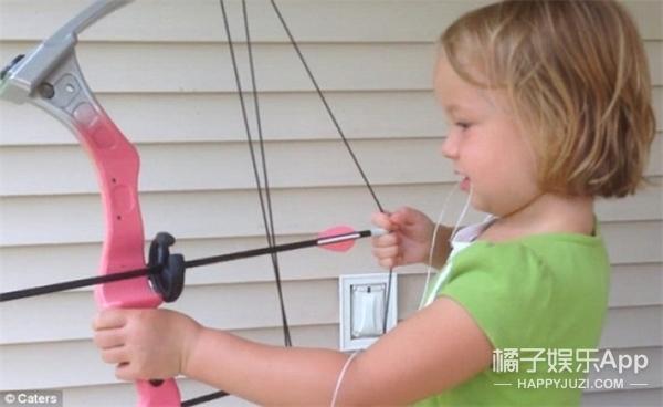目瞪口呆!美国5岁小女孩用弓箭给自己拔牙