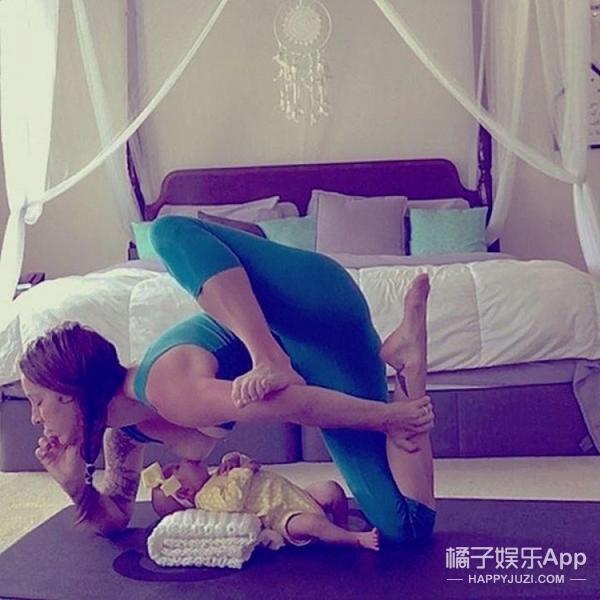美国辣妈边喂奶边做高难度瑜伽