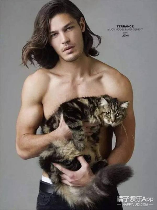 裸着的男模与猫,哪个更吸引你