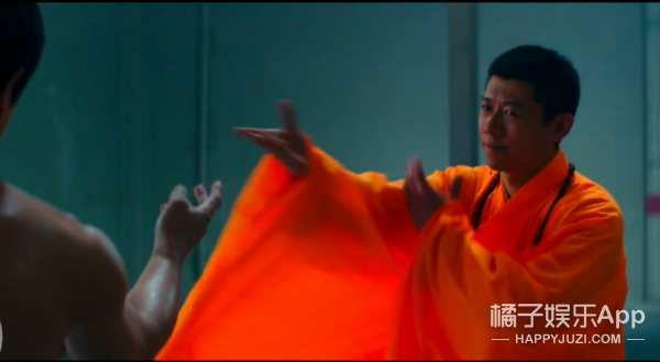 别以为换上荧光袍子扮少林大师单挑李小龙,我就认不出你夏雨了