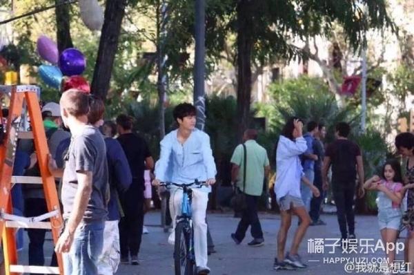 全智贤李敏镐在西班牙街头骑单车,老发胖的欧巴竟然瘦回来了!