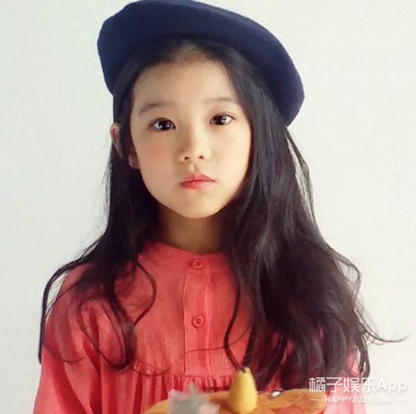 网友说这位8岁小姑娘是世界最漂亮女孩,直到看到妈妈