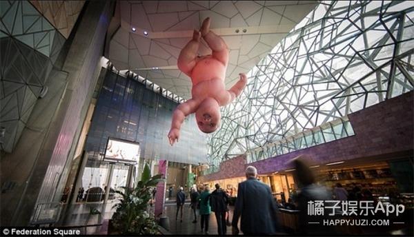 吓cry!澳洲广场巨婴从天而降,艺术家你为啥要这么玩