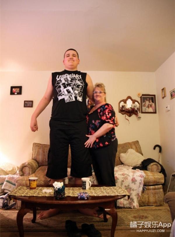 19岁男孩身高2.3米还在长个 将破世界纪录