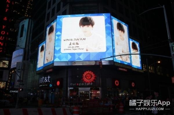 王俊凯纽约时代广场庆生视频曝光,歪果仁以为是失踪儿童播报?