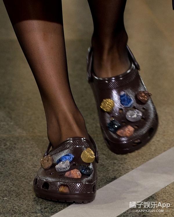 人人说丑的Crocs洞洞鞋也出了走秀款,看谁还敢说人家不时髦!
