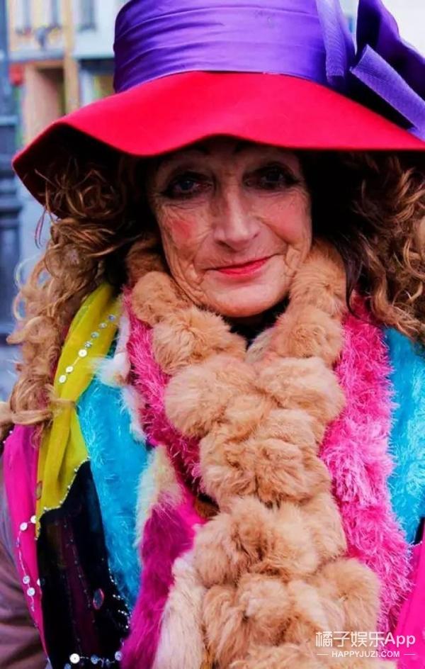 这个80多岁的乞丐奶奶真会玩儿,破衣烂衫穿得比犀利哥还时髦!