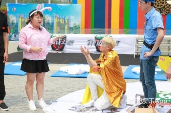 《我们战斗吧》 | 把粉丝当灰姑娘还亲自给穿鞋,王嘉尔也太会撩妹了吧?