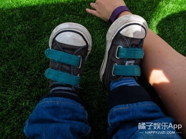 摄影师让他19个月大的孩子学会了摄影,还拍下了这些照片…