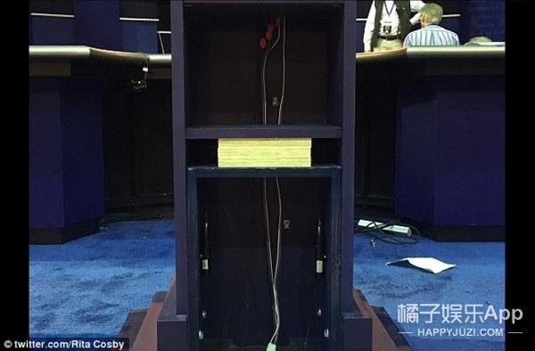 要求站增高凳压川普,被拒,so希拉里定制了一个