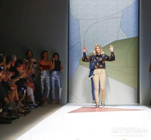 文艺范儿的郭碧婷 去看了米兰最有艺术气质的Trussardi秀