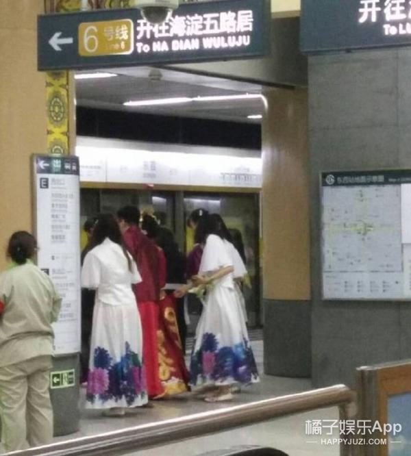 新郎乘地铁迎亲,人穷就要拼创意?!