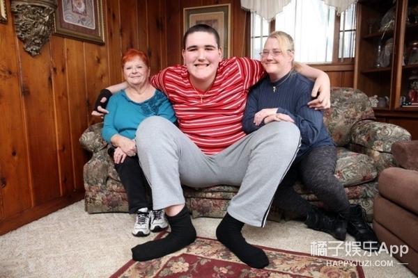 19岁青年身高2米33成为世界最高人,他的生活你无法想象!