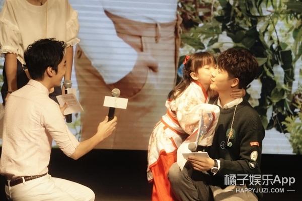 我们参加了马天宇新EP发布会,亲眼目睹他被女歌迷强吻