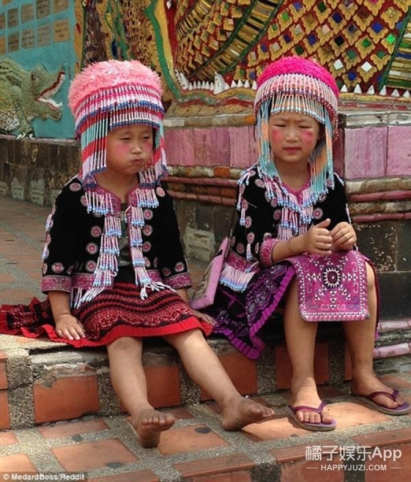 游客泰国寺庙里丢手表 原来是因为和女童合影?