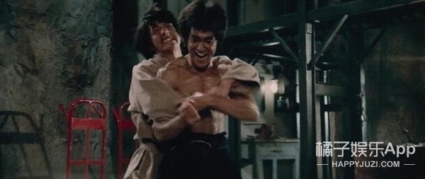 在这部让全世界迷上李小龙的电影里,洪金宝和成龙竟然接连挨揍
