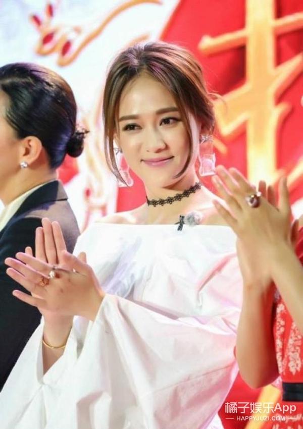 袁姗姗&陈乔恩撞衫,这次不尴尬蝴蝶结一字肩两位很美!