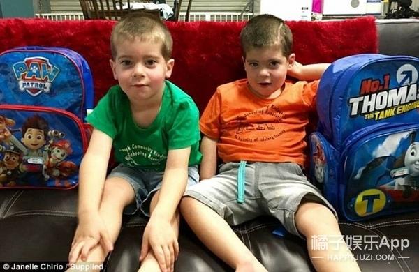同性夫妻的双胞胎出生不久被预言难存活,但现已四岁且活得很幸福