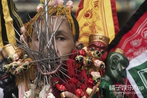 相比国庆节,泰国人民素食节的画风就残暴多了