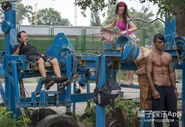 乌克兰室外健身房:器械简单粗暴,而且完全免费!