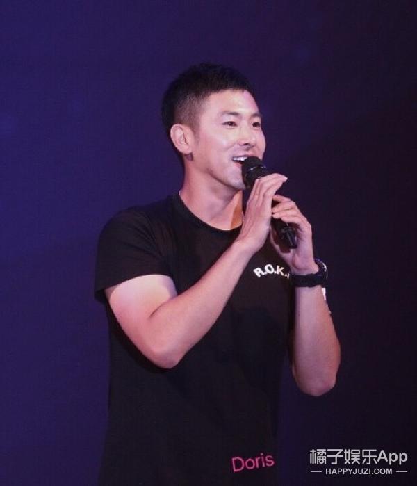 郑允浩在部队活动唱了《咒文》,谁说发福了不还是这么帅吗