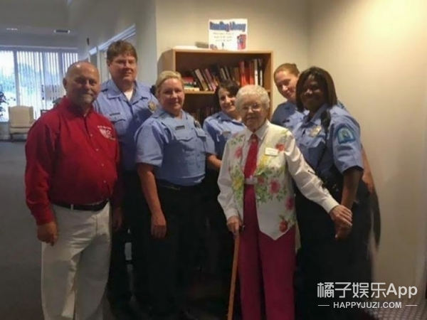 102岁奶奶希望被逮捕,警察蜀黍帮她实现愿望